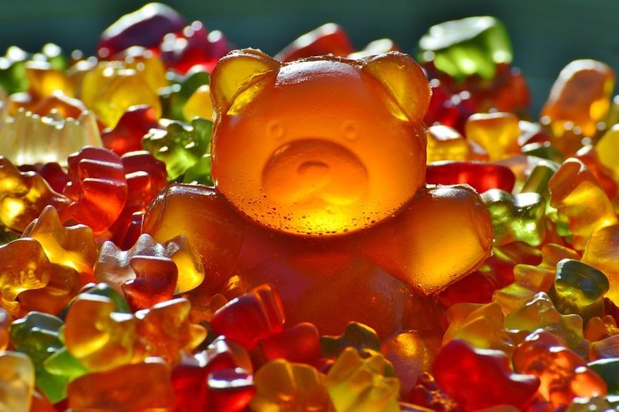 カラフルなグミ埋もれた大きなオレンジのクマのグミ