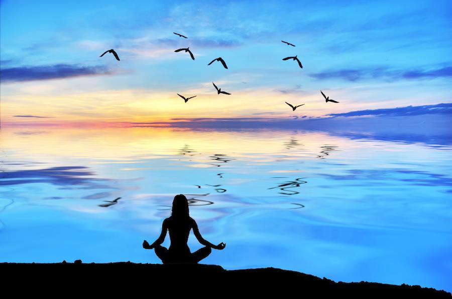 CBDグミを食べて瞑想する女性