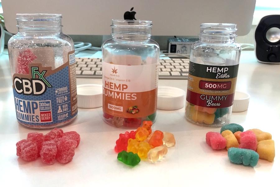 並んだボトル、CBD fxグミと1800mg ヘンプグミとgummy bearsの写真