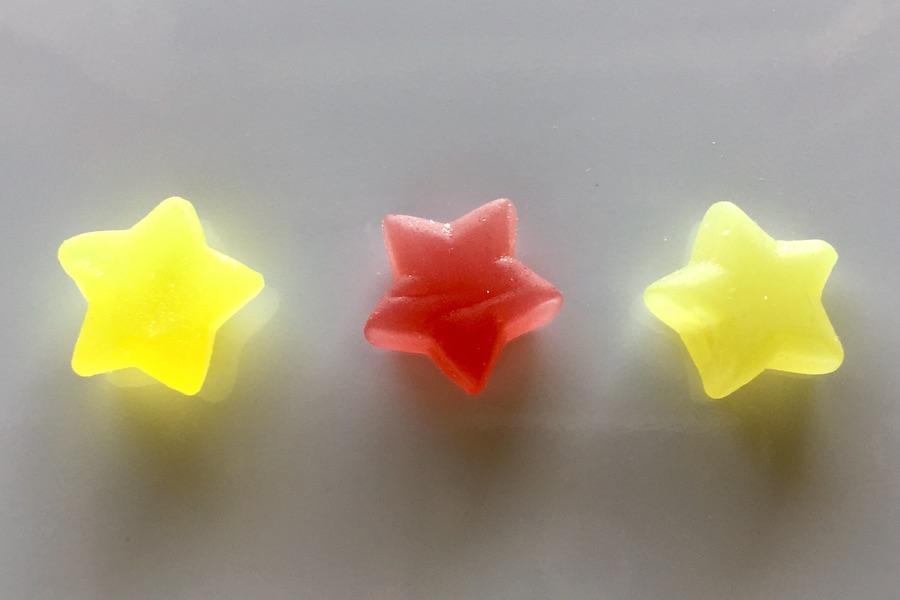 並んだ3色のCannaTech オリジナルグミの写真