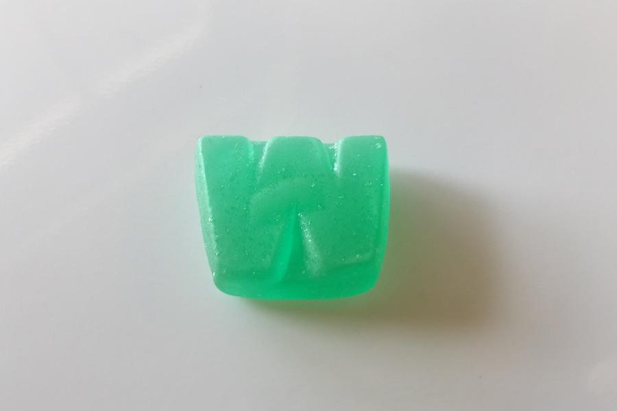 アップで写したグリーンのプラスウィード CBDグミの写真
