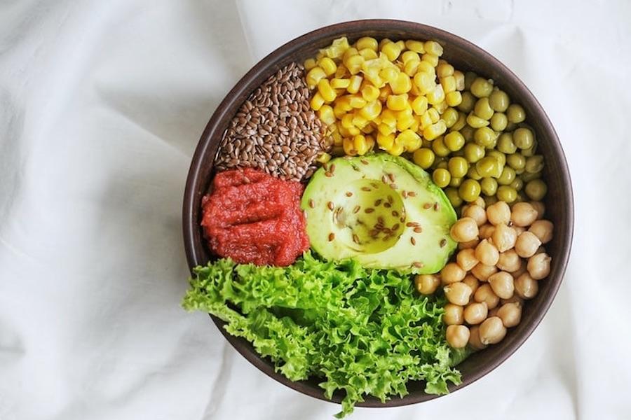 ヴィーガンをイメージした野菜サラダの写真