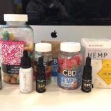机の上に並んだCBD製品