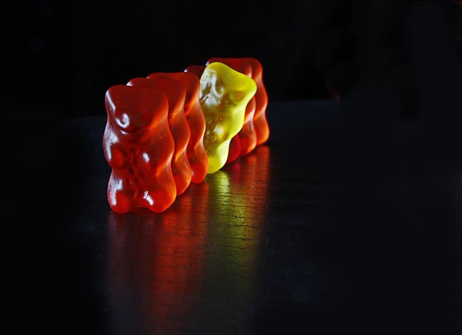 赤いグミに紛れた一個の黄色いグミ
