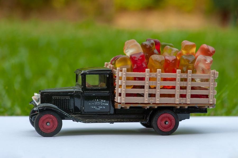 トラックに荷台に積まれたグミ