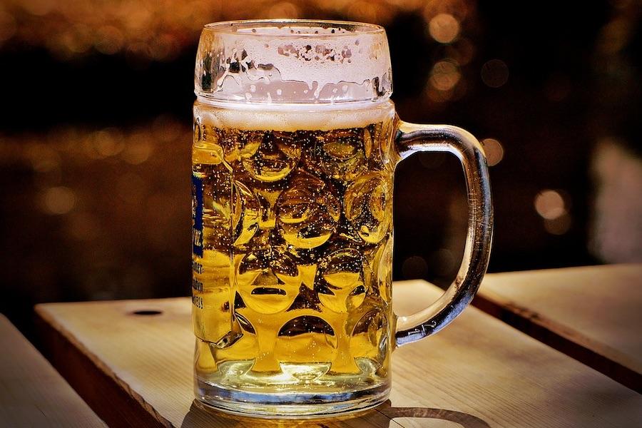 大きなジョッキに注がれたビール