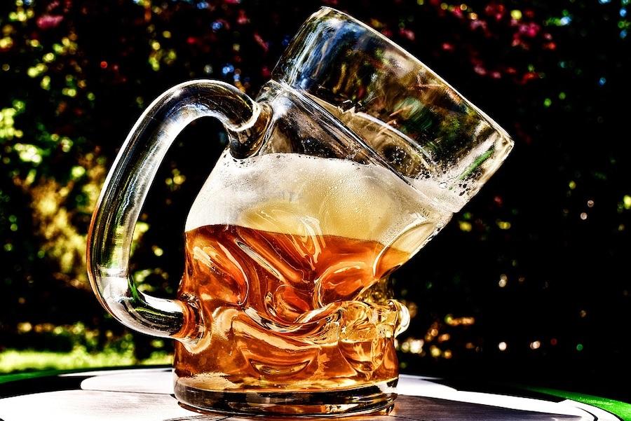 グシャっと曲がったビールの入ったジョッキ