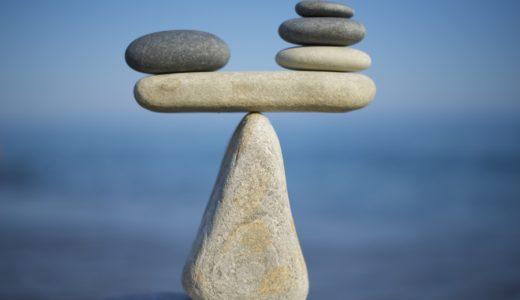 三角の石の上に乗って微妙なバランスをとっている二つの石