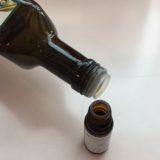 cbdオイルのボトルにオリーブオイルを注いでいる