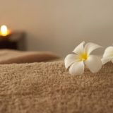 清潔なタオルの上に置かれた花びら