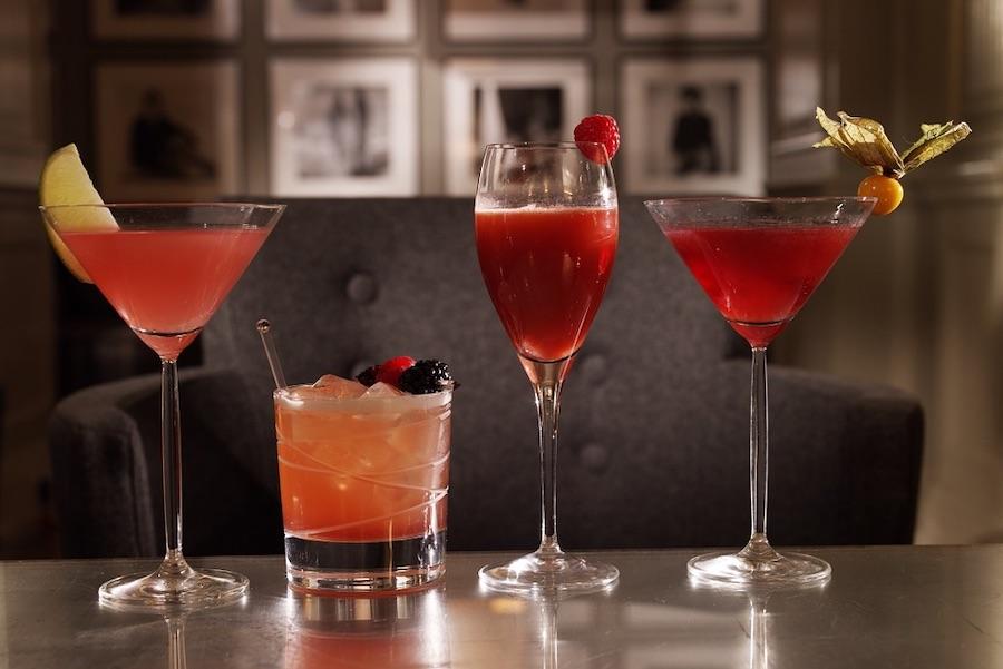 並んだグラスに入った赤いカクテル