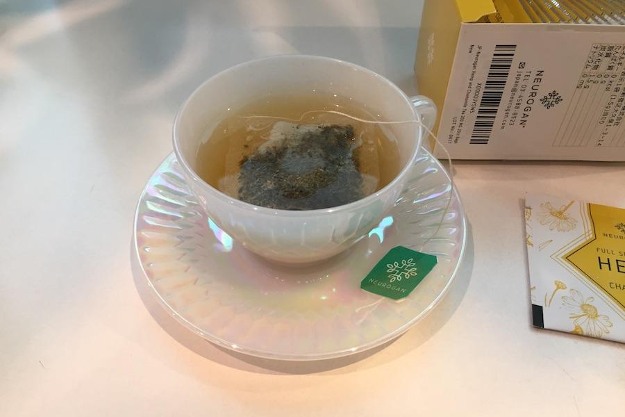 カップに入れたティーバックにお湯を注いだ写真