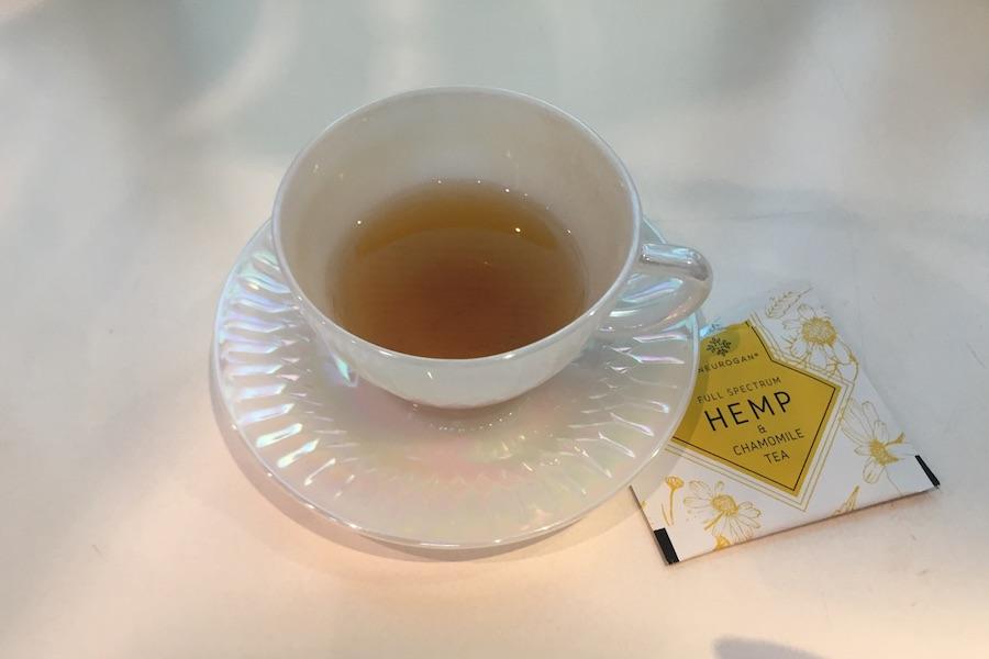 飲みかけのお茶が入ったカップ