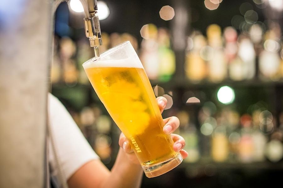 サーバーからグラスにビールを注いでいる