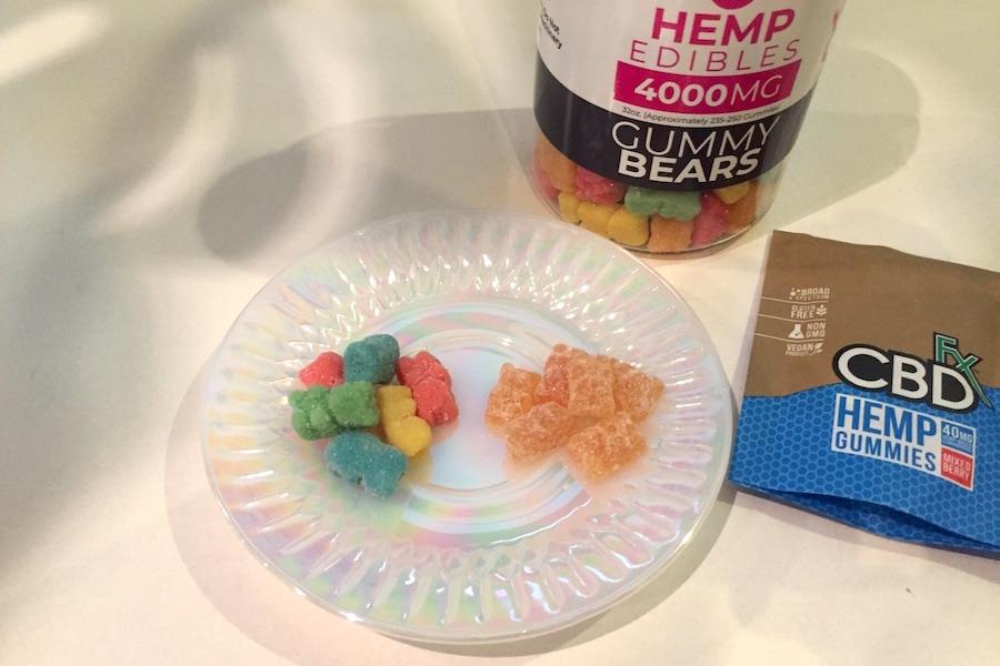 皿に乗せた、Gummy BearsとCBDfx社のCBD配合グミ