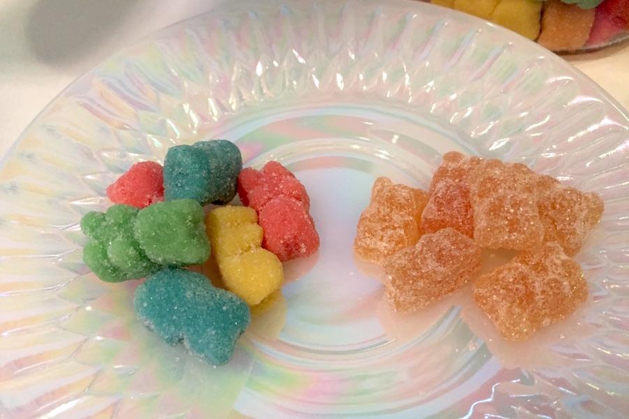 皿に乗せた、Gummy BearsとCBDfx社のCBD配合グミのアップ写真1