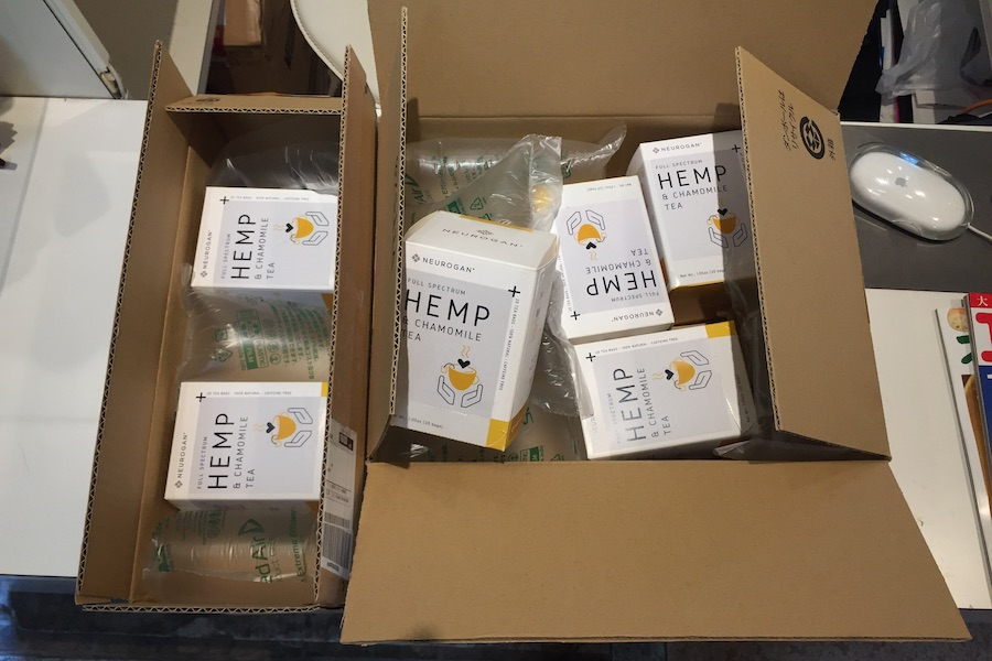 梱包を解いた箱に入った沢山のニューロガン社製ヘンプティー