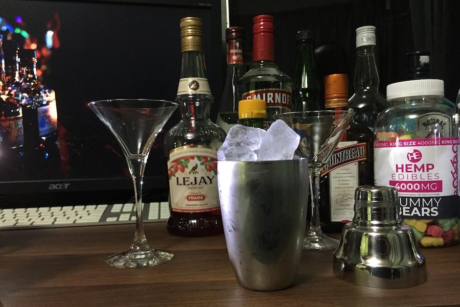 並んだボトルの前に置かれた、氷の入ったシェーカー