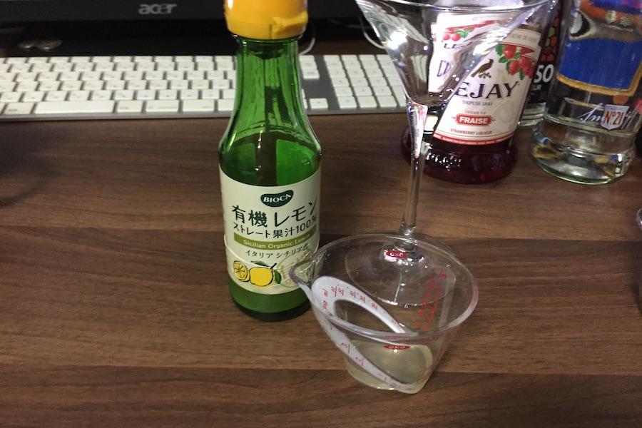 レモンジュースと計量カップ