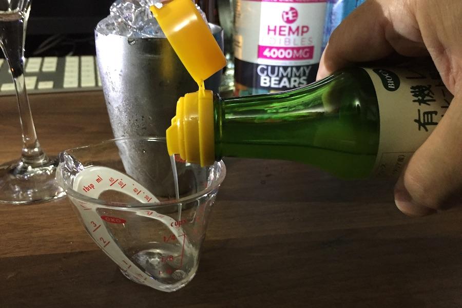 計量カップにレモンジュースを注ぐ