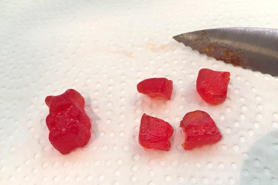 赤いCBDグミをナイフで1/4にカット